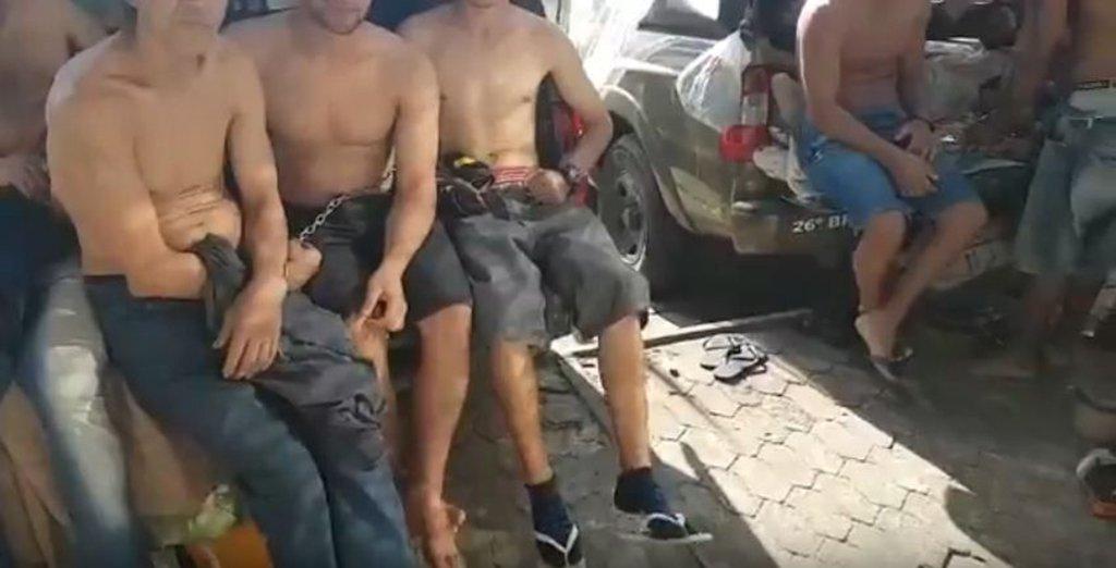 """Vídeo gravado na Delegacia de Pronto Atendimento de Gravataí, na Grande Porto Alegre, registra a rotina com a qual agentes de polícia lidam todos os dias por conta de prisões superlotadas; vídeo mostra cinco presos sentados em um camburão de uma caminhonete da Brigada Militar; outros três algemados em uma viatura ao lado: """"Olha aí, o banho de sol direto da turma aí"""", diz uma pessoa não identificada; mais três detentos ficam em pé algemados às grades de uma janela e outra viatura da BM com dois algemados no volante; deputado Paulo Pimenta (PT-RS) bateu duro no governo José Ivo Sartori; """"O retrato do caso. Representantes de Temer no RS destroem políticas públicas em todas as áreas"""""""