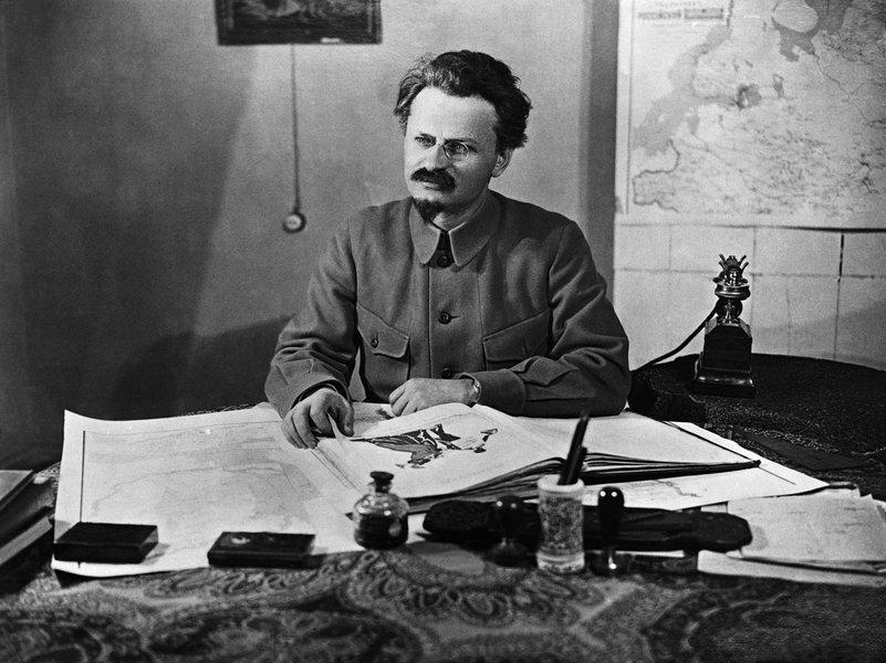 """Jornalista Renato Dias lança em Jundiaí, interior paulista, """"Soldados de Leon – Meus Inimigos Estão no Poder – Trotskistas no Brasil, a luta de classes, o internacionalismo e as revoluções socialistas no século 21"""", em que identificaa existência de 28 organizações revolucionárias, adeptas das ideias de Liev Davidovich Bronstein, Leon Trotsky; pesquisador faz perfil do líder da revolução russa e mostra as diferenças táticas e estratégicas entre grupos rivais"""