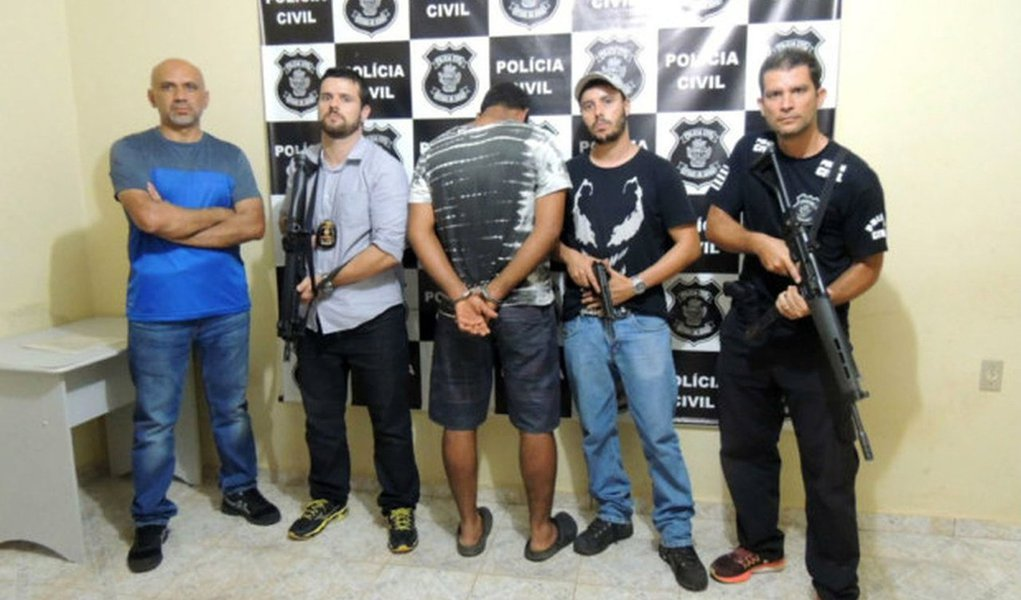 Um servidor público foi preso em Alto Paraíso de Goiás acusado de estuprar uma turista alemã, de 23 anos; ela estava na cidade há duas semanas para prestar serviços comunitários e para passear; abordagem ocorreu enquanto a turista fazia uma caminhada por uma estrada de barro da cidade