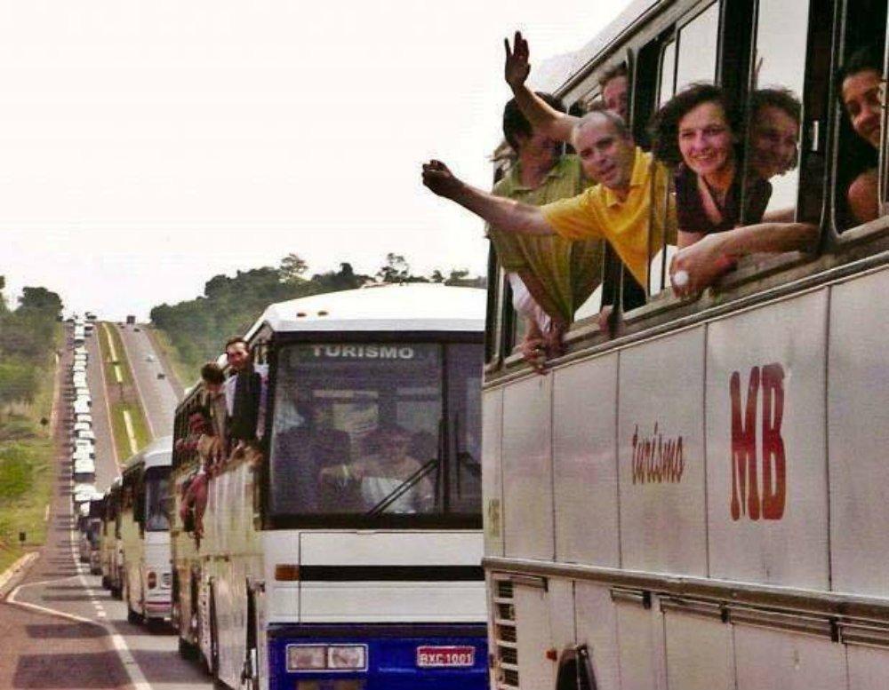 Uma multidão toma as ruas de Curitiba. Movimentos, sociais, caravanas de apoiadores e populares chegaram de todas as partes do país ao longo do dia. Apesar das provocações da Polícia Militar e dos outdoors espalhados pela cidade, manifestações pacíficas tomaram a cidade, em clima de luta e festa; reportagem da revista Fórum