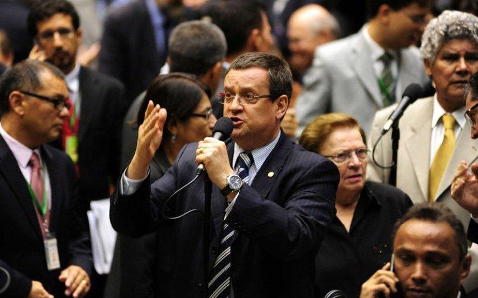"""Hoje com 36 deputados federais, partido pode voltar ao tamanho que tinha antes das eleições de 2006 caso 14 integrantes se filiem ao DEM e ao PMDB; para o ex-deputado Beto Albuquerque (RS), que foi candidato a vice-presidente na chapa de Marina Silva, """"é preferível ter 10 deputados a menos, mas que não nos façam passar vergonha""""; """"Estar no PSB e flertar com o DEM é uma esquizofrenia"""", opina"""