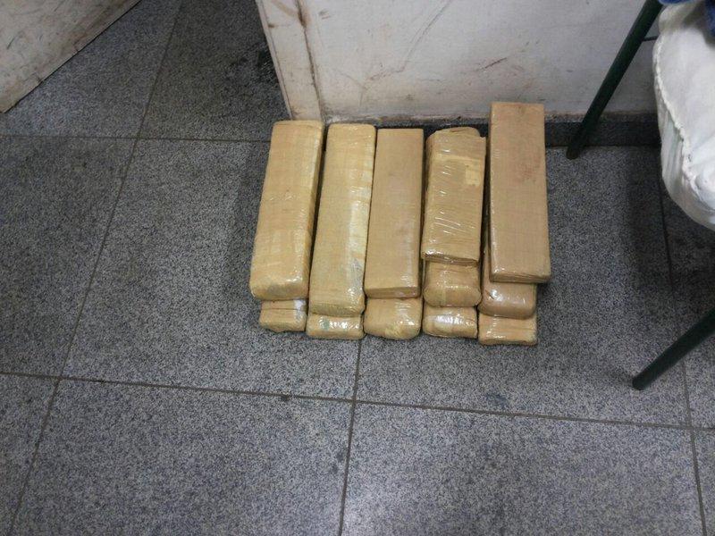 O alagoano Eronildo Gomes de Oliveira, de 27 anos, foi preso transportando 122 tabletes de maconha em fundos falsos no porta-malas, no para-choque traseiro, nas laterais e no painel de um veículo com placa de São Paulo; ele foi detido em uma abordagem da Polícia Rodoviária Federal (PRF) na BR-463, no município de Ponta Porã, no Mato Grosso do Sul