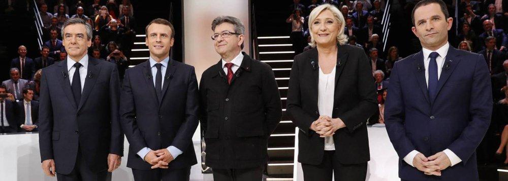 Candidato centrista Emmanuel Macron se manteve como favorito para vencer a eleição presidencial da França após o debate televisionado da noite de terça-feira, no qual se chocou com sua principal rival, Marine Le Pen, de extrema-direira, a respeito da Europa, a menos de um mês da votação; Macron foi visto como aquele que tem o melhor programa político, de acordo com uma pesquisa relâmpago que ainda o colocou como o segundo mais convincente na maratona de quatro horas com todos os 11 candidatos