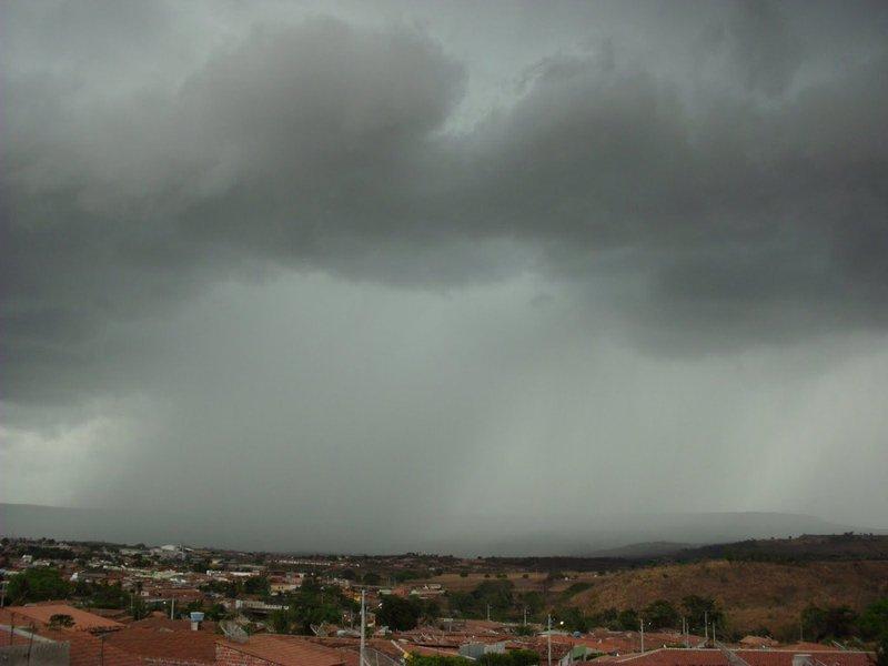 O mês de abril deve registrar chuvas intensas no Piauí, principalmente no norte do Estado, assim como tem ocorrido nos últimos dois meses, quando o volume de água ficou acima da média; a informação é da gerente de Hidrometeorologia da Secretaria de Estado do Meio Ambiente e Recursos Hídricos, Sônia Feitosa;no Piauí, a média anual é de 1.036,0 mm de chuva, assim distribuída: na região central a média é de 1.050,0 mm anuais; no Norte, é de 1.321,7 mm; E na região Sul, a média anual é de 736,3 mm de chuva