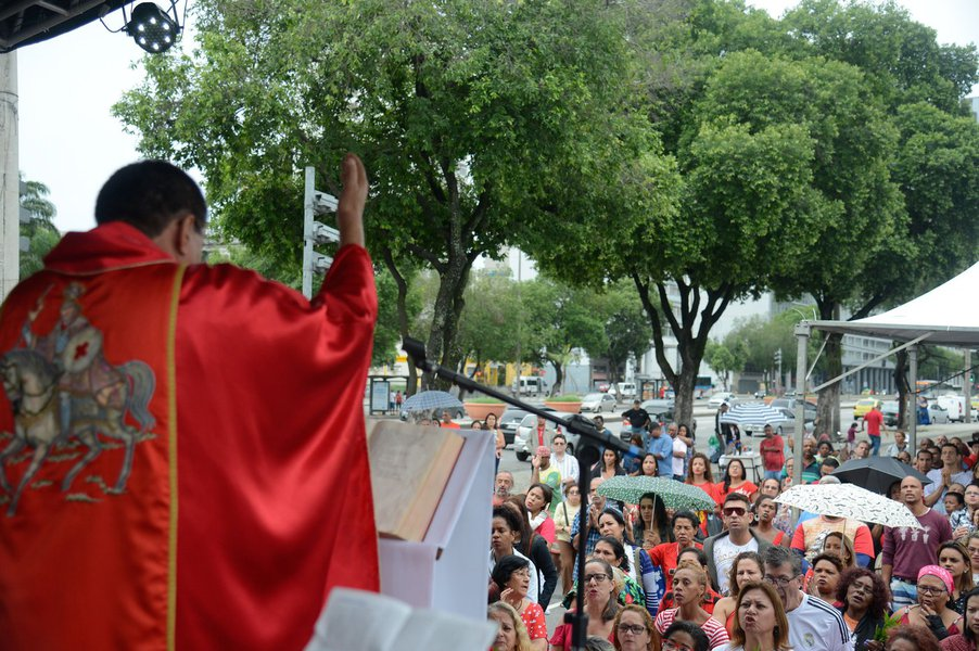 Milhares de fiéis visitaram nesta manhã a Igreja de São Jorge, no centro do Rio de Janeiro, para prestar homenagens ao santo, apesar da chuva na cidade; popular tanto entre católicos quanto entre umbandistas, São Jorge é um dos símbolos do sincretismo religioso no Brasil
