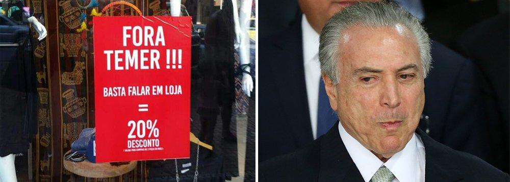 """No país em que 78% das pessoas defendem a cassação de Michel Temer e 90% querem eleições diretas, um lojista do Rio de Janeiro encontrou uma solução cívica para aumentar as vendas e estar em sintonia com o amplo desejo dos brasileiros; segundo registro da coluna de Ancelmo Gois, do Globo, a loja de roupas Dimpus, situada no bairro de Ipanema, Zona Sul do Rio, colocou na vitrine um cartaz que diz que quem entrar e disser """"Fora, Temer"""" ganha... 20% de desconto"""