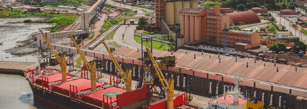 """O porto de Itaqui, em São Luís, pretende iniciar no segundo semestre deste ano as operações com contêineres, para tornar-se mais uma opção de saída para a carne exportada pelo Brasil. Foram investidos R$ 30 milhões em adequações que permitirão a movimentação de contêineres simples e os """"reefers"""" – refrigerados e voltados a perecíveis"""