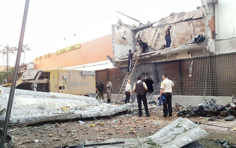 Oito pessoas foram presas, até agora, no Paraná suspeitas de participar do assalto milionário ontem (24) à sede da empresa de transportes de valores Prosegur, em Ciudad del Este, no Paraguai; buscas na região de Foz do Iguaçu resultaram na apreensão de seis fuzis, munições, dois barcos e sete veículos;Polícia Federal também confirmou que três suspeitos morreram durante confrontos com as forças de segurança no município paraguaio; nessa segunda-feira, um grupo de cerca de 50 pessoas assaltou a sede da empresa na tríplice fronteira com o Brasil (Foz do Iguaçu) e a Argentina (Puerto Iguazú), para roubar cerca de US$ 40 milhões (cerca de R$ 125 milhões)