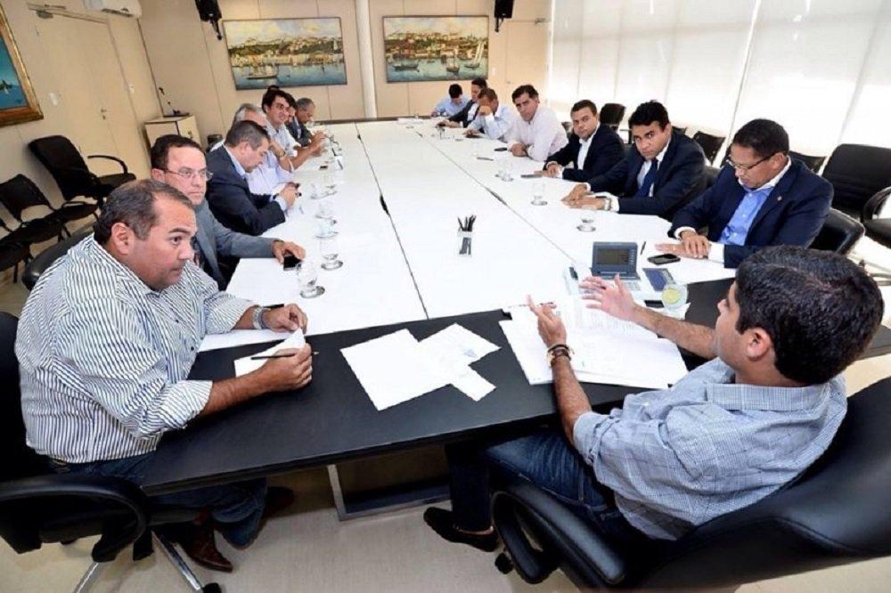 """Nos bastidores, a 'reunião de trabalho' teve como objetivo analisar possíveis pontos fracos da gestão de Rui a serem atacados, com vistas a uma possível candidatura de ACM Neto a governador em 2018; mas os parlamentares negam esse viés. O deputado Pedro Tavares, do PMDB, afirmou que """"foi apenas uma reunião de trabalho""""; o encontro contou com as presenças de 19 dos 21 deputados da minoria; expectativa é de que os encontros aconteçam regularmente uma vez por mês a partir de então"""