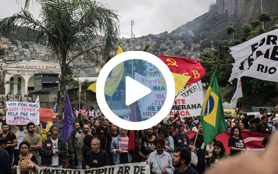 """Centenas de trabalhadores se organizam em direção à casa do presidente da Câmara, Rodrigo Maia (DEM-RJ), no Rio para protestar contra o parlamentar, um dos principais agentes para a aprovação das reformas trabalhista e da previdência, além de ser acusado de corrupção; cariocas também compareceram à orla da Praia de Copacabana, na Zona Sul do Rio, para pedir tanto a saída de Michel Temer; A gente não consegue entender como um político é patriota sendo corrupto"""", disse um manifestantes; participantes também pediram saída o governador do Rio de Janeiro, Luiz Fernando Pezão"""