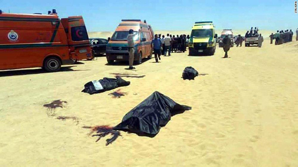 """O Estado Islâmico disse no sábado que seus combatentes realizaram o ataque que matou dezenas de cristãos egípcios na sexta-feira, de acordo com um comunicado do grupo; """"Uma unidade de segurança dos soldados do califado montou um posto de controle para emboscar dezenas de cristãos que se dirigiam ao mosteiro de São Samuel, a oeste da cidade de Minya"""", disse o comunicado"""