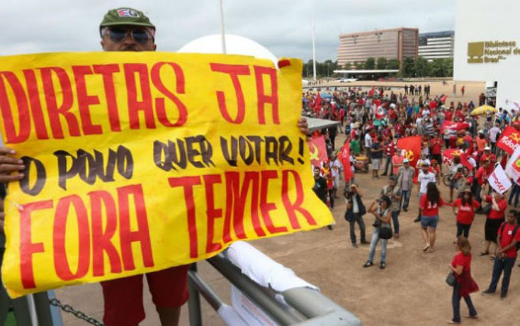 """Centrais sindicais realizam um dia de grande mobilização nacional nesta quarta-feira (24); os trabalhadores do campo e da cidade vão ocupar Brasília para deixar claro que repudiam as reformas da Previdência e Trabalhista, por retirardireitos conquistados com muita luta ao longo da história; também irãodefender 'Fora,Temer' e eleições diretas já; em Porto Alegre, com o mesmo teor, haverá um ato a partir das 17h30, na Esquina Democrática; """"Vamos tomar as ruas contra as reformas do Temer, a fim de pressionar deputados e senadores, impedir o golpe dentro do golpe e garantir o direito do povo brasileiro escolher o novo presidente da República"""", afirma o presidente da CUT-RS, Claudir Nespolo"""