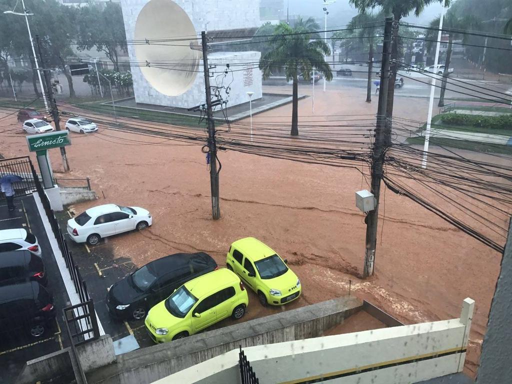 Somente nos quatro primeiros dias de abril, Salvador registrou mais de 10% do índice de chuva esperado para todo o mês; foram registrados 33 milímetros (mm) de precipitação, diante dos 309 mm esperados para abril; devido aos índices, a prefeitura declarou que vai intensificar a Operação Chuva, que começou no dia 1º e conta com agentes em prontidão, 24 horas por dia, para o atendimento de chamados; a Secretaria Municipal de Manutenção registrou 724 ocorrências de consequências da chuva na cidade: foram 470 pedidos de poda de árvores, 151 casos de alagamento e 79 de rompimento do sistema de drenagem, entre outras