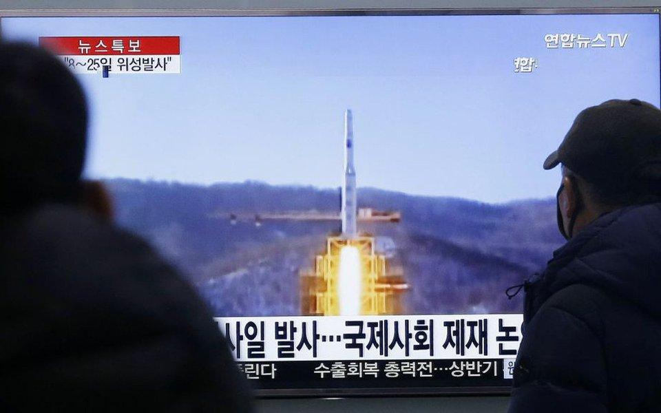 Coreia do Norte lançou nessa quarta-feira (5),do litoral oriental, um míssil balístico que percorreu cerca de 60 quilômetros em direção ao Mar do Leste (Mar do Japão), segundo confirmou à Agência EFE um porta-voz do Ministério da Defesa sul-coreano; míssil alcançou altura máxima aproximada de 189 quilômetros (km), segundo Seul; lançamento foi feito em terra, descartando a possibilidade de que tivesse sido disparado a partir de um submarino, como habitualmente o regime de Pyongyang faz na região de Sinpo, onde fica seu principal centro de desenvolvimento para esse tipo de projétil