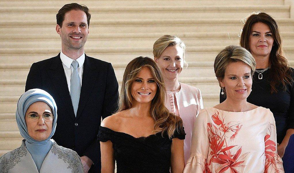 """Foto de """"primeiro-marido"""" de Luxemburgo, Gauthier Destenay,junto às primeiras-damas da Otan faz sucesso na Internet; muitos consideram que a foto, simbólica, passa forte mensagem contra a homofobia"""