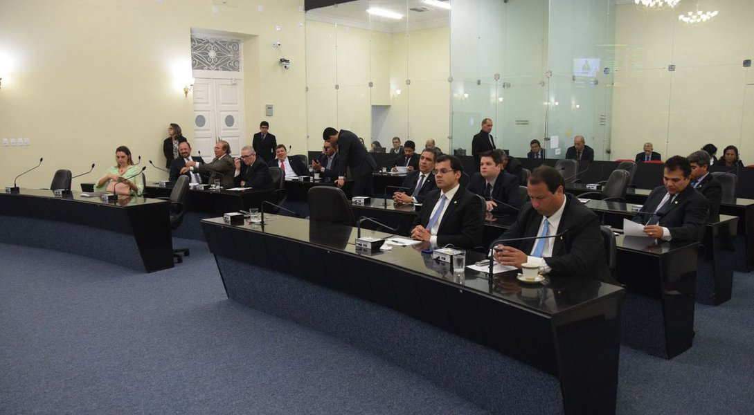 A proposta de redução do recesso parlamentar da Assembleia Legislativa de Alagoas, dos atuais 90 para 55 dias, foi rejeitada pelos parlamentares por 12 votos a 6; eles apontaram que o período que hoje é colocado em xeque é necessário para que os deputados visitem as bases eleitorais; tema gerou um duro debate sobre a legalidade da votação