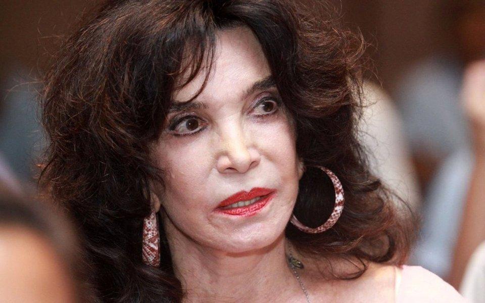"""Aos 82 anos, a atriz Lady Francisco revelou ao Blog do Paulo Sampaio que foi estuprada por um diretor da TV Globo há quase 50 anos. Lady já havia contado, em outras ocasiões, que sofreu dois estupros, mas só agora revelou que o agressor, em um deles, era um diretor que trabalhava e ainda trabalha na Globo; atriz contou que não denunciou o diretor na época pois ninguém acreditaria nela mas que, se fosse nos dias de hoje, faria o mesmo que a figurinista que denunciou José Mayer; """"Faria a mesma coisa que ela. E pegaria um megafone pra todo mundo saber. Acho até que ela demorou"""""""