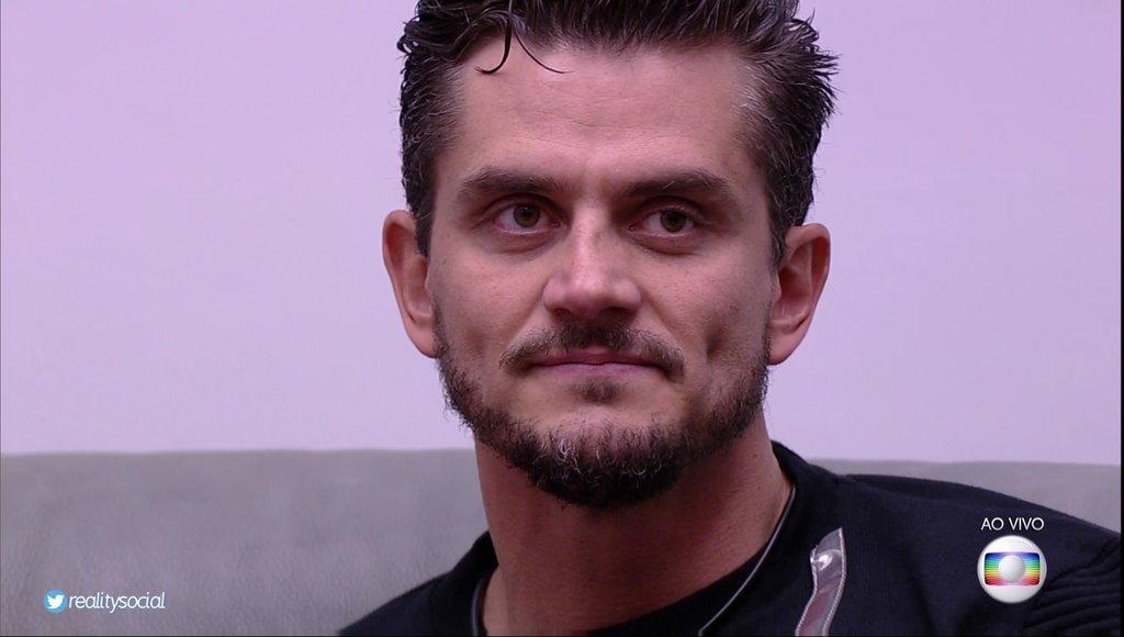 Após a repercussão de uma briga com a namorada Emily dentro da casa do Big Brother Brasil, em que o cirurgião plástico Marcos Harter a segurou com força e colocou o dedo em seu rosto, na madrugada de sábado para domingo, o participante foi expulso da casa na noite desta segunda e deverá depor nesta quarta-feira 12 na Delegacia Especial de Atendimento à Mulher (Deam) de Jacarepaguá;se condenado, pode pegar de um a três anos de prisão por violência doméstica
