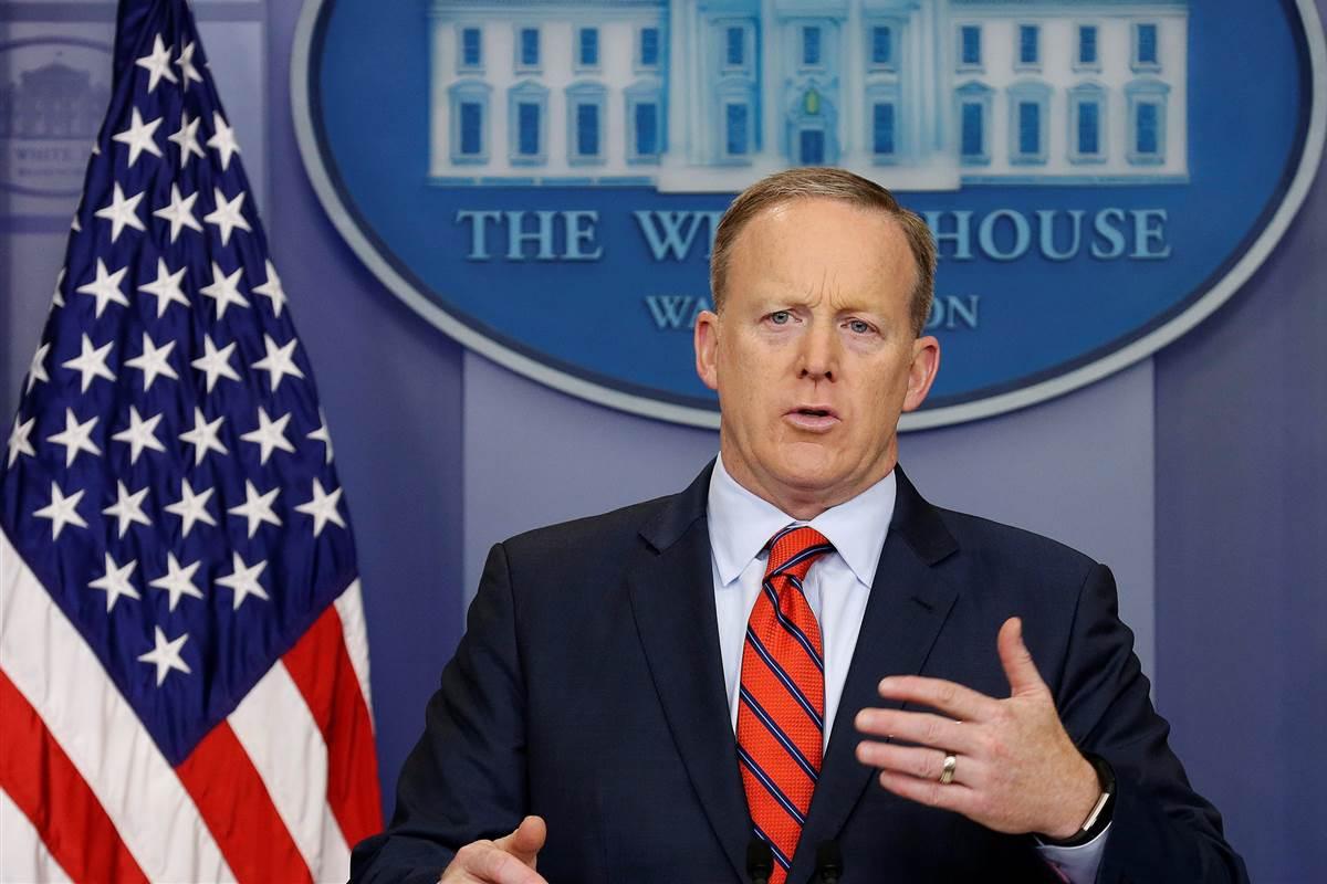 """Em meio às tensões regionais coreanas, o porta voz da Casa Branca, Sean Spicer, afirmou o caráter preocupante da detenção de um cidadão norte-americano do domingo passado (7); """"Obviamente, isso é preocupante. Estamos bastante alertas sobre isso e iremos trabalhar por meio da embaixada da Suécia... por meio do nosso Departamento de Estado, para buscar a libertação de indivíduos lá"""", disse o porta-voz da Casa Branca"""