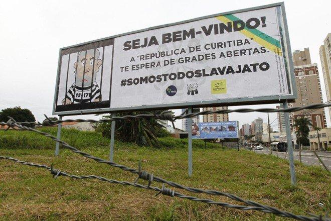 Tudo que os fascistas querem é que os simpatizantes de Lula cometam qualquer excesso, desobedeçam qualquer determinação judicial, enfim, deem motivos para medidas arbitrárias que a notória polícia militar local é useira e vezeira em utilizar. O ato em favor de Lula deve ser um ato solene e marcado pela sobriedade e pela serenidade. O respeito ao patrimônio público e privado é essencial para que se possa atingir o objetivo desse ato