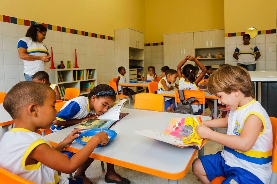 De acordo com dados do Anuário Brasileiro da Educação Básica 2017, o percentual subiu de 21,3% em 2001 para 33,4% em 2015. É o melhor índice do Norte/Nordeste. Em todo o pais, o Ceará está em quinto lugar, atrás de São Paulo (43,5%), Santa Catarina (41,5%), Rio Grande do Sul (35,2%) e Paraná (36,8%)