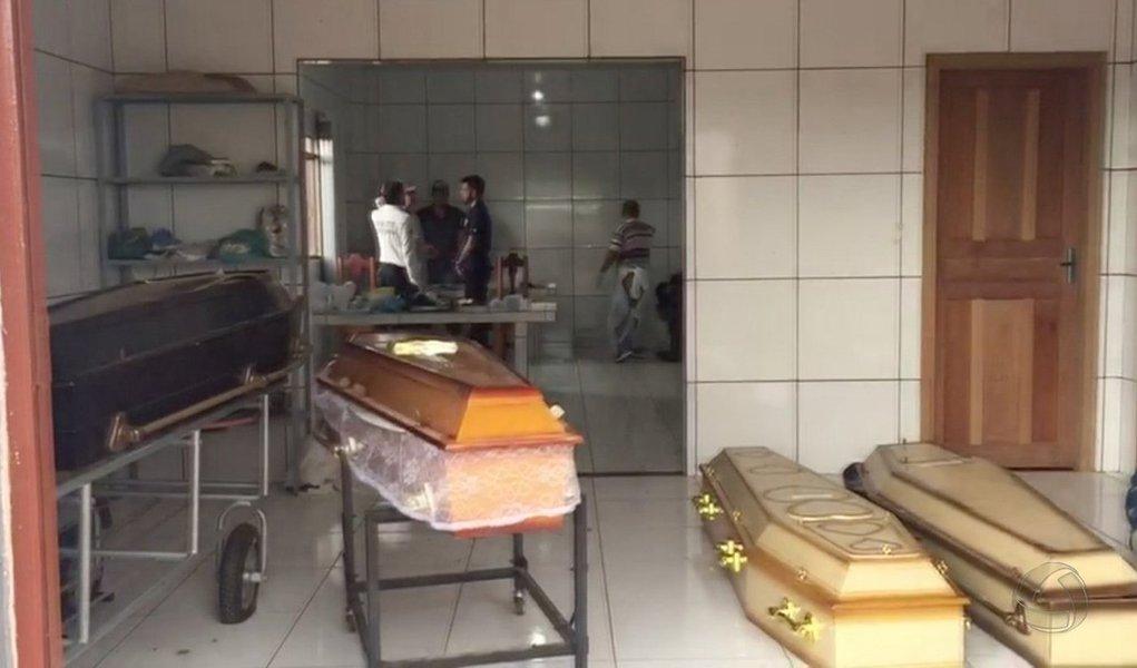 Técnicos da Perícia Oficial e Identificação Técnica (Politec) do Mato Grosso que realizaram os exames de necropsia nos corpos dos nove trabalhadores rurais assassinados na área de Taquaruçu do Norte, a mais de 350 km da zona urbana de Colniza, apontam sinais de tortura nos corpos; alguns dos corpos foram amarrados e outros decapitados, além de apresentarem marcas de enxadadas e facadas, não apenas de tiros. De acordo com a Polícia Civil, pelo menos duas vítimas foram assassinadas a golpes de facão e o restante por tiros de uma arma calibre 12; segundo o comandante da Polícia Militar em Colniza, tenente Hélio Alves Cardoso, até o momento as investigações apontam que as vítimas estavam começando um loteamento irregular na região