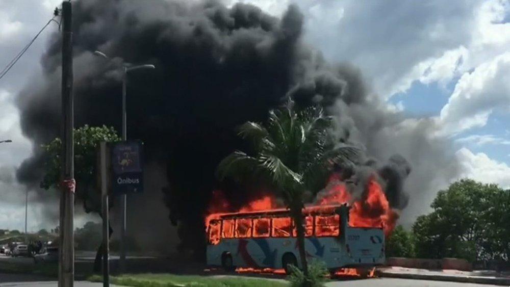 Dezesseis pessoas foram detidas até a noite desta quinta-feira (20) por suspeita de participação nos ataques a ônibus em Fortaleza; as linhas de ônibus trafegam na capital em comboio e com escolta policial; o número total de ônibus alvos de incêndios criminosos chegou a 21; dezenove eram de linhas regulares da capital e região metropolitana, um era fretado e outro era de transporte escolar; além dos veículos de transporte coletivo, três carros de órgãos públicos foram queimados