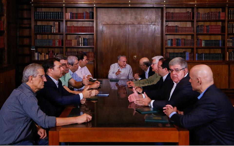 Essa foi a decisão do grupo reunido por Michel Temer na noite de ontem para tentar demonstrar ao mercado financeiro que, apesar da lista de Fachin, a reforma da Previdência será tocada adiante; Temer foi citado como responsável por uma propina de US$ 40 milhões na Petrobras e oito de seus ministros são investigados