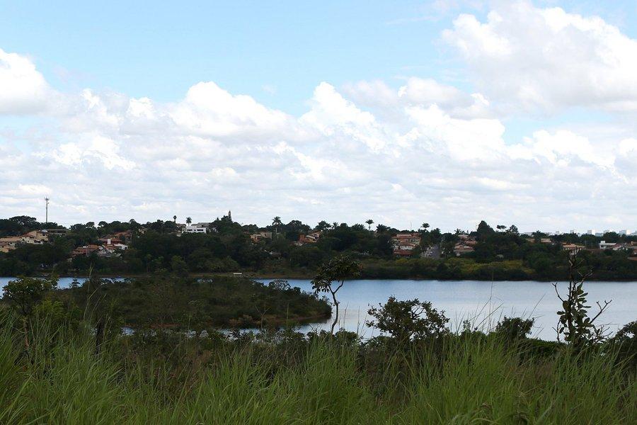 A Enfil S.A Controle Ambiental, empresa especializada em montagem e fabricação de equipamentos para tratamento de água, venceu a licitação para captação emergencial no Lago Paranoá; o Subsistema Produtor do Lago Norte vai reforçar o Descoberto em 700 litros por segundo; o preço ficou em R$ 42 milhões, 15% abaixo do inicialmente previsto; em 31 de março, data da publicação do pregão eletrônico no Diário Oficial do DF, o valor estimado era de R$ 49,4 milhões, parte dos R$ 55 milhões liberados pelo Ministério da Integração Nacional; a empresa terá 240 dias para executar os trabalhos