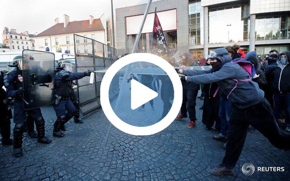 Seis pessoas ficaram feridas, entre elas três policiais, em protestos organizados em Paris contra o resultado do primeiro turno das eleições presidenciais francesas, informou nesta segunda-feira (24) à agência Efe a polícia local; além disso, 29 manifestantes foram detidos; praças da Bastilha e da República foram palco dos manifestos contra a passagem para o segundo turno da ultradireitista Marine Le Pen e do social liberal Emmanuel Macron