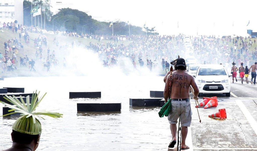 Polícia Militar acaba de reprimir violentamente um protesto pacífico de comunidades indígenas em frente ao Congresso Nacional, em Brasília (DF). Mais de 3 mil índios estão no local para a 14ª edição do Acampamento Terra Livre, mobilização que luta pelos direitos dos povos indígenas e demarcação de terras