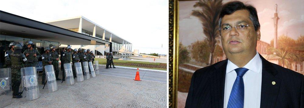 """Governador do Maranhão, Flávio Dino (PCdoB), disse que """"usar o Exército para mandar recado a opositores é hediondo, em um país que viveu uma ditadura com torturas, censura, cassações e mortes""""; """"As memórias de Rubens Paiva, Herzog, Covas, Marighella, Zuzu Angel, Ulysses Guimarães e outros perseguidos pela ditadura merecem respeito"""", declarou, em crítica direta a Michel Temer"""