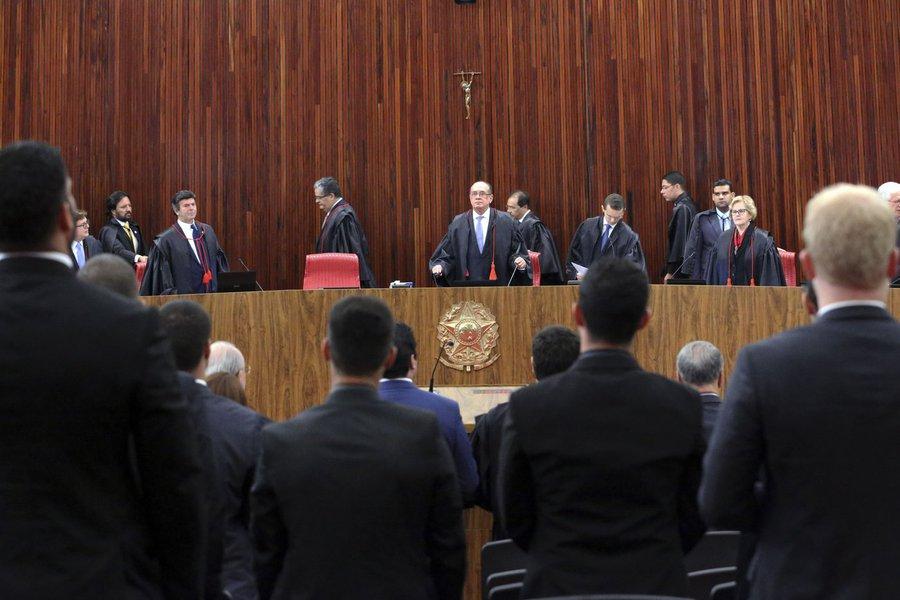 """""""Se alguém tinha ilusões com o julgamento da chapa Dilma-Temer pelo TSE, é bom ir enfiando a viola no saco. A sessão de abertura do julgamento deixou claro como será o jogo: com prazos, recursos e procrastinações, o julgamento vai terminar quando Temer não for mais presidente"""", diz a colunista do 247 Tereza Cruvinel; """"O TSE continua tendo pela frente um dilema. Atuar de modo a revalorizar a crença na Justiça ou fazer mais do mesmo e do de sempre. Os sinais estão claros: este julgamento é para inglês ver, para fazer de conta que o país é sério mas, por ora, não convenceu ingleses nem outros estrangeiros. Talvez um clamor muito grande por um basta, vindo de todo o Brasil, seja ouvido pelos juízes de Brasília"""""""