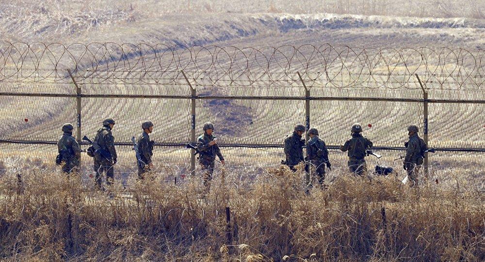 """Tropas da Coreia do Sul abriram fogo contra um """"objeto não identificado"""" que voava através da fronteira fortificada com a Coreia do Norte na madrugada desta quarta-feira (horário local), informaram as autoridades sul-coreanas à agência local Yonhap; militares detectaram o objeto ultrapassando a chamada Linha de Demarcação Militar (MDL), direção ao sul na área de Chorwon, na província oriental de Gangwon, por volta das 4h, de acordo com os Chefes de Estado Maior Conjunto (JCS)"""