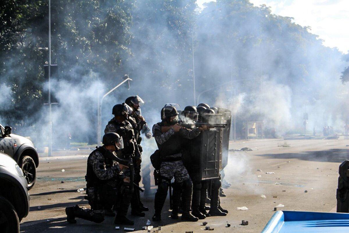 """""""O uso das Forças Armadas, de bombas de gás lacrimogêneo e bala de borracha demonstra a atual fraqueza do governo de Michel Temer e seus aliados,ainda mais instável após as inúmeras denúncias de corrupção que envolvem o próprio presidente"""", diz nota da Frente Brasil Popular; """"As Forças Armadas rebaixaram o seu papel ao servir instrumento político de um governo moribundo"""""""