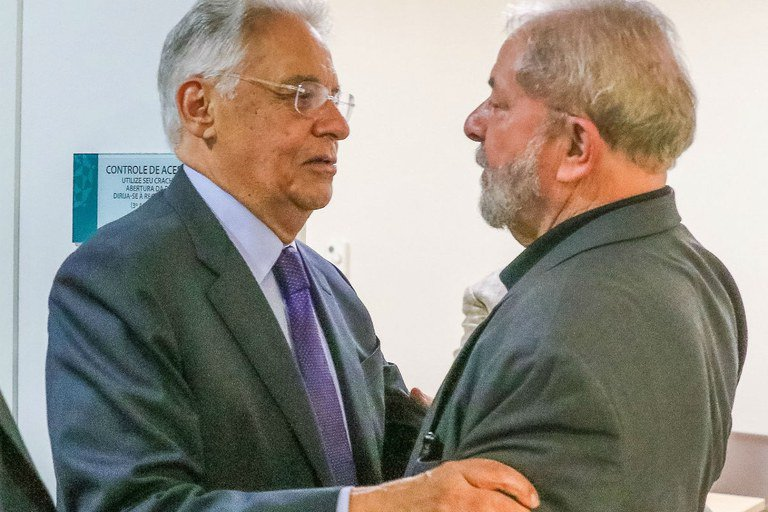 Fernando Henrique Cardoso faturou, apenas no primeiro ano depois que saiu do Palácio do Planalto, 3 milhões de reais com palestras, sendo incensado, por isso, pela mesma mídia que agora execra Lula
