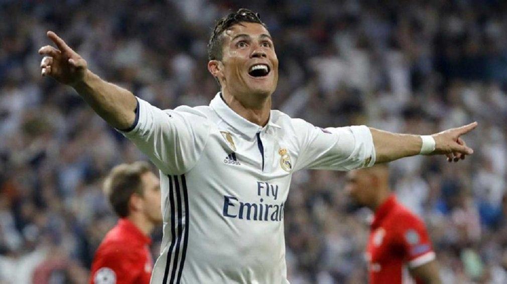 """Cristiano Ronaldo pediu o fim das vaias da sempre exigente torcida do Real Madrid depois que seus três gols contra o Bayern de Munique, na terça-feira, colocaram o Real Madrid nas semifinais da Liga dos Campeões pela sétima temporada consecutiva; """"Não estou pedindo que batizem ruas com meu nome, a única coisa que peço é que não me vaiem aqui"""", disse Ronaldo ao canal de televisão espanhol Antena 3; """"Quero que eles parem de me vaiar porque sempre dou meu melhor, e mesmo quando não marco gols tento ajudar o Real Madrid"""""""