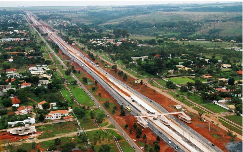 As investigações da Operação Panatenaico, que identificou superfaturamento nas obras do Estádio Nacional Mané Garrincha, devem se prolongar, pois o MPF investiga crimes referentes a outras obras de grande porte em Brasília, executadas durante as duas últimas gestões; entre os alvos está o BRT Expresso Sul, inicialmente orçado em R$ 587,4 milhões, mas executado com R$ 704,7 milhões; a construção do sistema de transporte expresso causou prejuízo de R$ 169,7 milhões aos cofres públicos, de acordo com uma auditoria especial da Controladoria-Geral do Distrito Federal