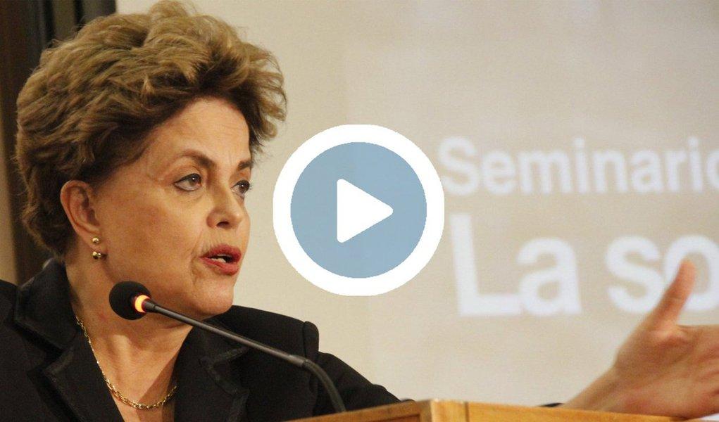 """Em nova palestra nos Estados Unidos, agora sobre """"Crise econômica e democracia no Brasil"""" na The New School, em Nova York, a presidente deposta pelo golpe, Dilma Rousseff, afirmou que """"não há como retomar o diálogo entre as forças politicas sem que haja uma base democrática"""", um dia depois de o ex-presidente Fernando Henrique Cardoso, que apoiou o golpe parlamentar, pregar tolerância; Dilma disse ainda que o """"objetivo do golpe foi fazer uma mudança de modelo"""" no plano econômico e declarou que """"há uma clara determinação por redução de direitos""""; """"Não por maldade. Pode até ter um componente de maldade, mas é por uma concepção de que o Estado não pode ficar por aí ajudando pobres"""""""