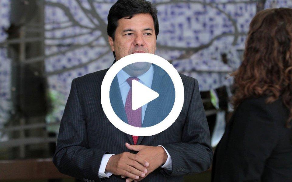 """Ministro da Educação, Mendonça Filho (DEM), foi recebido com um escracho ao desembarcar no Aeroporto Internacional dos Guararapes/Gilberto Freire, no Recife; ao tentar atravessar o saguão do terminal, ele foi cercado por um grupo de manifestantes aos gritos de """"golpista""""; ele ainda tentou reagir afirmando """"não ter medo de petista"""", antes de ser retirado do local por agentes de segurança; veja o vídeo do escracho"""