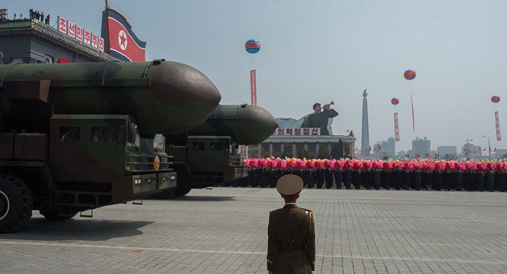 """Coreia do Norte é um país pacifico, mas defender o país da ameaça por parte dos EUA ela está pronta a tomar medidas extremas, comunica a Agência Central de Notícias da Coreia (KCNA em inglês) citando representantes do Ministério das Relações Exteriores da Coreia do Norte; """"O desejo firme da Coreia do Norte é ir até ao fim, em caso de os EUA tencionarem continuar sua política de confrontação. O exército da Coreia do Norte já tinha indicado que suas medidas vão incluir ataques preventivos e outras medidas"""", diz o comunicado citado pela KCNA"""