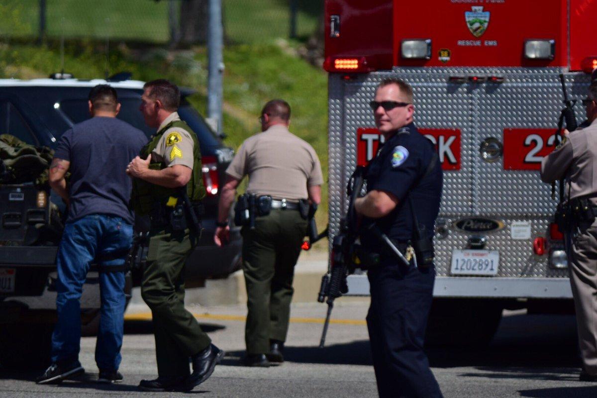 Um homem abriu fogo com uma pistola contra uma sala de aula em uma escola de ensino fundamental no sul da Califórnia, Estados Unidos, nesta segunda-feira, matando uma mulher, que seria a professora, e ferindo duas crianças, antes de se matar; a polícia informou que acredita-se que os dois alunos não eram alvos do atirador, mas foram feridos por conta da proximidade à mulher