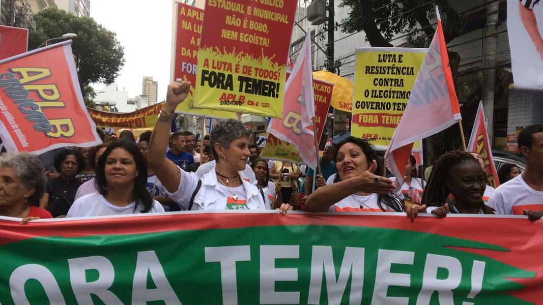 """Deputados federais baianos do PT se juntaram a manifestantes no Campo Grande, em Salvador, na tarde desta sexta-feira para pedir a renúncia de Michel Temer; """"Estamos na rua e vamos continuar até Temer renunciar, porque o povo não pode mais de sujeitar a esse governo golpista, que não foi eleito e vem destruindo o Brasil"""", disse o deputado Robinson Almeida (PT); o ato foi organizado pela Frente Brasil Popular, com apoio de centrais sindicais, como CUT e CTB; segundo Aurino Pedreira, presidente do CTB na Bahia, o objetivo da manifestação foi """"denunciar os malfeitos de Temer"""""""