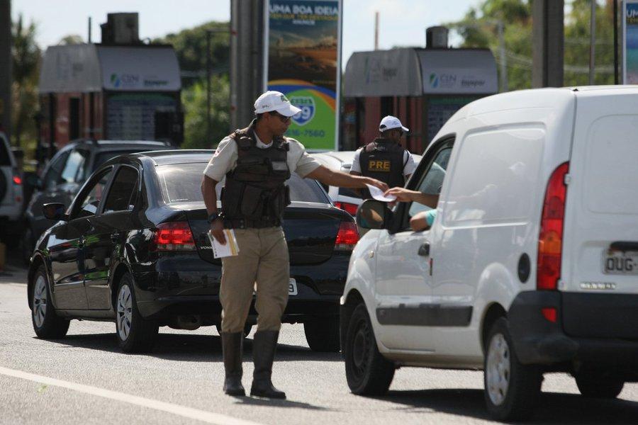 A Polícia Militar da Bahia (PMBA) registrou redução no número de mortes nas rodovias estaduais durante a 'Operação Círio Pascal 2017', finalizada na manhã desta segunda-feira; os 25 acidentes de trânsito registrados deixaram 15 vítimas com ferimentos leves, sete com ferimentos graves e cinco vítimas fatais; este último dado representa uma redução de aproximadamente 17% em comparação com 2016; no período, a PM abordou 7.809 pessoas e 5.625 veículos; foram autuados 893 veículos e retidos outros 46, além do recolhimento de 12 Carteiras Nacionais de Habilitação (CNH) e de 21 Certificados de Registro e Licenciamento de Veículo