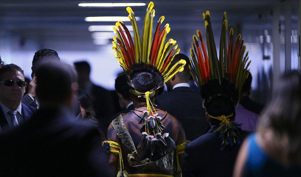 Quatro indígenas foram liberados no início da noite desta quarta-feira, após terem sido detidos pelo Departamento de Polícia Legislativa (Depol), durante confronto pela manhã, na Câmara dos Deputados; eles serão investigados pelo próprio departamento por dano ao patrimônio; informação é do Conselho Indigenista Missionário (Cimi), que acompanhou a ação e criticou a repressão aos indígenas na Câmara; problema começou quando um grupo indígena foi impedido de entrar na Casa