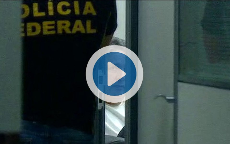"""Uma jornalista da Rede Globo foi expulsa pelo povo em frente à casa do ex-governador do Rio de Janeiro Anthony Garotinho, detido nesta quarta-feira (13); por diversas vezes, moradores gritaram """"o povo não é bobo. Fora Rede Globo""""; um morador xinga Roberto Marinho de """"safado"""", """"ladrão"""", """"tudo envolvido com a Lava Jato""""; no vídeo, uma mulher afirma: """"publiquem a matéria correta, de que Garotinho está sendo o maior injustiçado""""; outra pessoa complementa: """"a Globo tem medo de Garotinho, porque ele sabe de todas as falcatruas que ocorrem. De Olimpíadas, por trás de Copa do mundo. Globo é ladrona, Globo é ladrona"""""""