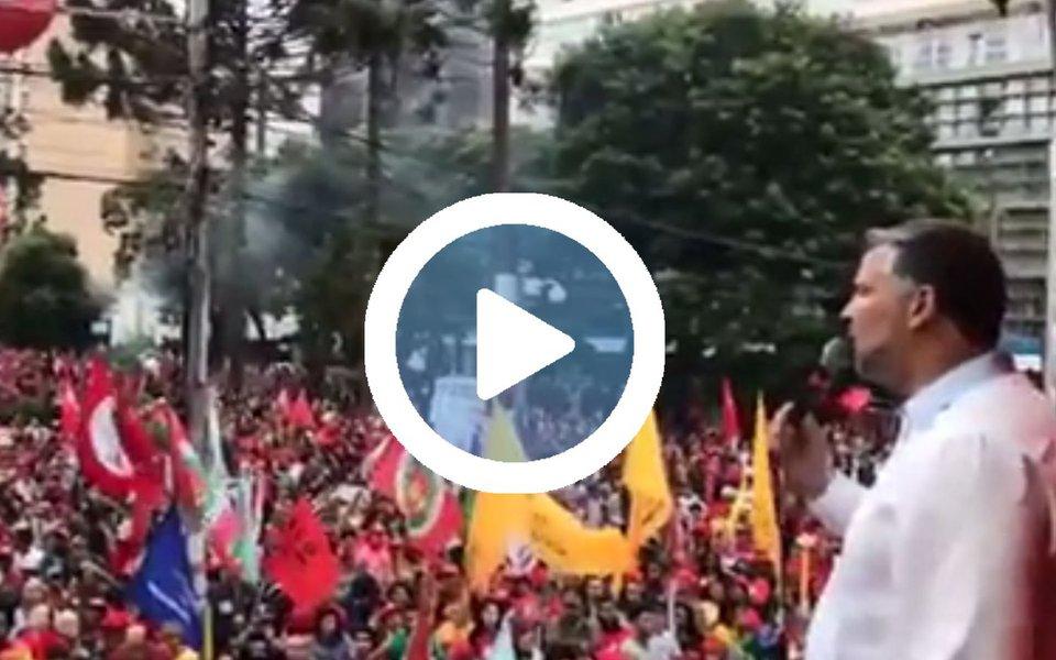 """Deputado Paulo Pimenta (PT-RS) criticou ontem em discurso em Curitiba, no ato de apoio a Lula, a decisão que proibiu a transmissão ao vivo do depoimento do ex-presidente ao juiz Sergio Moro; """"Eles, que junto com a Rede Globo, transmitiram o impeachment da Dilma, estão com medo de ouvir o Lula, de ouvir o povo?"""", questionou; assista"""