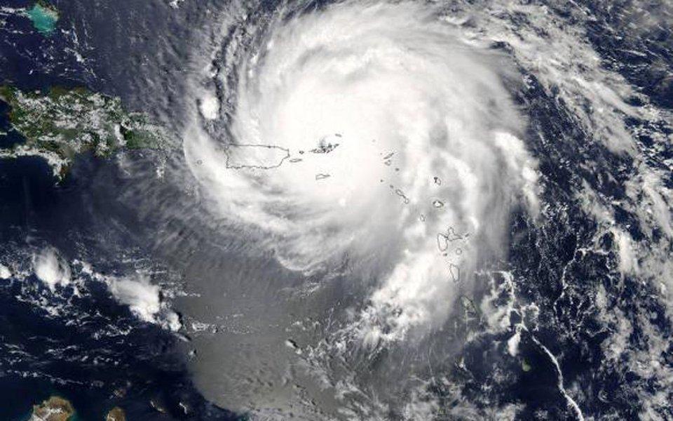 A ocorrência este mês de dois furacões em um prazo de uma semana - o Harvey, no Texas, e o Irma, em países do Caribe e da Flórida - reacendeu o debate sobre as mudanças climáticas e trouxe novas críticas ao posicionamento da gestão Trump. A maior parte da comunidade científica americana relaciona a incidência de furacões mais destrutivos ao aumento da temperatura global