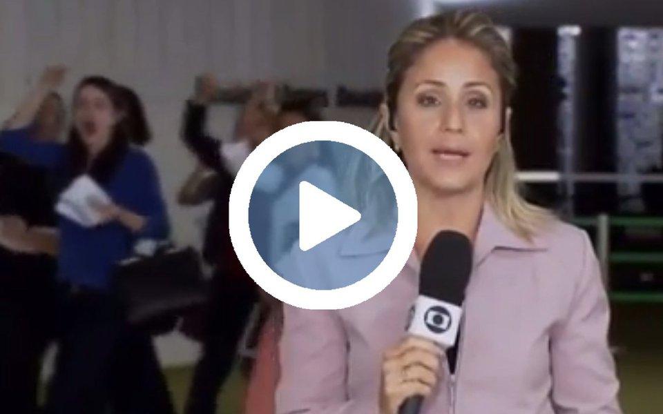 """Durante uma entrada ao vivo da jornalista Gioconda Brasil, do Congresso Nacional, no Jornal Hoje, a emissora dos Marinho foi obrigada a transmitir o protesto de um grupo de mulheres que passou atrás da repórter e começou a gritar """"Fora Temer""""; assista"""