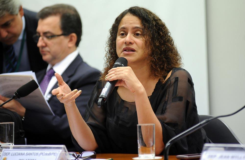 """Deputada Luciana Santos (PCdoB-PE) afirmou que a divulgação da conversa em que Temer avaliza a compra do silêncio de Eduardo Cunha prova que o seu governo não tem condições políticas e morais para continuar; """"A única forma de recolocar o Brasil nos trilhos do desenvolvimento e de devolver a esperança ao nosso povo é a realização de eleições diretas. A palavra precisa ser dada à população para que ela, de forma livre e soberana, aponte os rumos que o Brasil deve tomar"""", afirmou"""